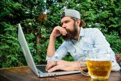 Wetten und wirkliches Geldspiel Grobe Mannfreizeit mit Bier und Sportspiel Bärtiger Hippie des Fußballfans machen, Sport zu wette stockfotografie
