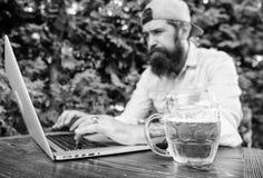 Wetten und wirkliches Geldspiel Grobe Mannfreizeit mit Bier und Sportspiel Fan wettete on-line-Meisterschaft, w?hrend sitzen Sie stockfoto