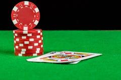 Wetten von Chips und von Blackjackhand Stockfotos