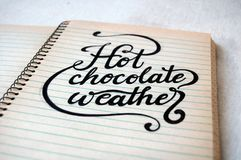 Wetter der heißen Schokolade, auf altem gewundenem Notizbuch Lizenzfreie Stockfotografie