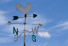 Wetterfahne auf Himmel Lizenzfreie Stockfotografie