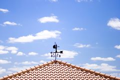 Wetterfahne mit Wolken lizenzfreie stockfotografie