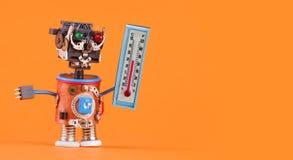 Wettermannroboter mit dem Thermometer, der Grad Celsius der Komfortraumtemperatur 21 anzeigt Wettervorhersagenkonzept Stockfotos