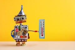 Wettermannroboter mit dem Thermometer, der Grad Celsius der Komfortraumtemperatur 21 anzeigt Wettervorhersagenkonzept lizenzfreie stockfotos