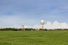 Wetterradar an der Luftfahrtwetterstation zu Information f?r Flugverkehr mit gr?nem Feld auf Hintergrund des blauen Himmels herei lizenzfreie stockbilder