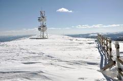 Wetterstation am Winter in den Bergen Stockbild