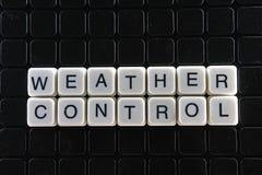 Wettertextgrundlage-Wortkreuzworträtsel Alphabetbuchstabe blockiert Spielbeschaffenheitshintergrund Schwarzer Hintergrund Stockfotografie