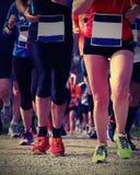 Wettlauf mit Athleten engagierte sich im Marathon mit Weinlese-EFF lizenzfreie stockfotos