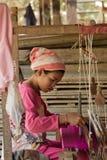 Wevende zijde in landelijk Kambodja Stock Fotografie