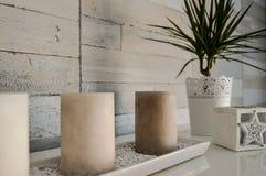Wewnętrzna dekoracja piaskowata z świeczkami i rośliną obrazy stock