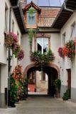 Wewnętrzna jard scena przy Ammerschwihr, Francja Zdjęcia Royalty Free