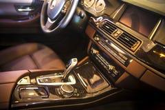 wewnętrzna samochodu w skórzany prędkość strony pojazdu Obrazy Stock