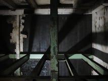 Wewnętrzna zaniechana fabryka z cieniami i światłem Zdjęcia Stock