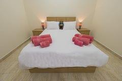Wewnętrznego projekta wystroju meblowanie luksusowa przedstawienie domu sypialnia z meble i dwoistym łóżkiem obrazy stock