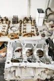 Wewnętrznego spalania silnik, demontujący, naprawa przy samochód usługa, przegląd Naprawa przy samochodową stacją obsługi starann fotografia royalty free