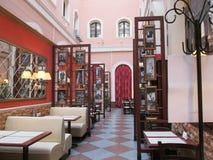 Wewnętrznej dekoracji cukierniany restauracyjny luksusowy pokój z stołami fotografia royalty free