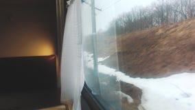 Wewnętrznej furgon zimy śnieżny las na zewnątrz nadokiennego kolejowego frachtu wśrodku linia kolejowa samochodu Poj?cie taborowa zbiory wideo