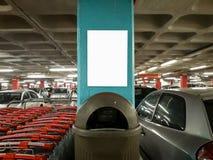 Wewnętrzni parking reklamy Mockup wózki na zakupy Parkowali samochodu kosz na śmieci obraz stock