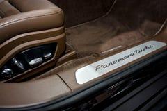 Wewnętrzni szczegóły pełnych rozmiarów luksusowy samochodowy Porsche Panamera Turbo, 2016 Obrazy Royalty Free