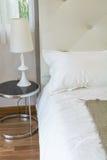 Wewnętrzny łóżkowy pokój Zdjęcia Royalty Free