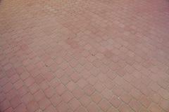 Wewnętrzny jard brukuje z dekoracyjnym kamieniem Kamienny bruk, brukujący prostokątni czerwień bloki Kamienny bruk Zdjęcia Stock