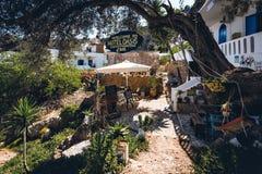 Wewnętrzny jard tradycyjny Grecki hotel przy Loutro miasteczkiem na Crete wyspie zdjęcie stock