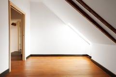 Wewnętrzny mieszkanie, attyk opróżnij ścianę white obrazy stock