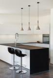 Wewnętrzny nowożytny dom, kuchnia Obrazy Royalty Free