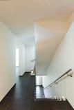 Wewnętrzny nowożytny dom, schody Zdjęcie Royalty Free
