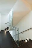 Wewnętrzny nowożytny dom, schody Obrazy Royalty Free