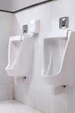 wewnętrzny nowożytny toalety rzędu pisuar Obrazy Royalty Free