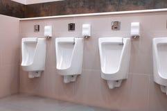 wewnętrzny nowożytny toalety rzędu pisuar Zdjęcie Royalty Free