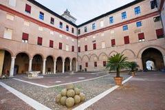 Wewnętrzny podwórze Grodowy Estense w Ferrara obraz royalty free