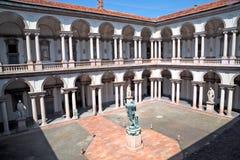 Wewnętrzny podwórze Pinacoteca Di Brera, Mediolan zdjęcia stock
