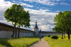 Wewnętrzny podwórzowy Pskov Kremlin w wieczór obraz royalty free