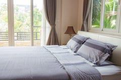 Wewnętrzny projekt - duża nowożytna sypialnia zdjęcia stock