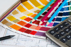Wewnętrzny projekt z paletą, rzemiennymi próbkami, ołówkami i calc, Obraz Stock