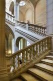 Wewnętrzny schody między podłoga w louvre. Obraz Stock