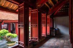 Wewnętrzny widok świątynia literatura, ja także znać jako świątynia Confucius w Hanoi zdjęcia royalty free