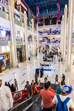 Wewnętrzny widok Dubaj centrum handlowe - światu zakupy wielki centrum handlowe Zdjęcie Royalty Free