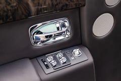 Wewnętrzny widok nowy bardzo drogi Rolls Royce Fikcyjny samochód, długa czarna limuzyna z deską rozdzielczą, drzwiowy podstr zdjęcia stock