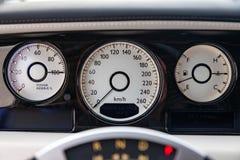Wewnętrzny widok nowy bardzo drogi samochód, długa czarna limuzyna z deską rozdzielczą, szybkościomierz i tachometr, obraz stock