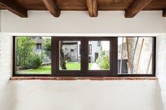 Wewnętrzny wieśniaka dom, okno zdjęcie royalty free