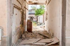 Wewnętrzny zostaje huraganu, trzęsienia ziemi katastrofy szkoda lub, zawalonymi ścianami, dachem i cegłami w mieście z na rujnują Obraz Stock