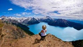 wewnętrzny spokój Woaman robi joga nad wysokogórski jezioro zdjęcia royalty free