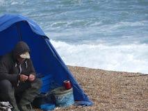 Weymouth, Inglaterra - 20 de junio de 2018: Pescador de sexo masculino que rueda un cigarro fotografía de archivo libre de regalías