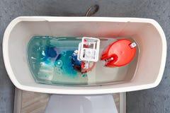 Wezbrany mechanizm wśrodku spłuczki toaleta, błękitne wody pastylki diss Fotografia Royalty Free
