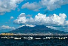 wezuwiusz wulkan w chmurach, widok od Napoli zatoki fotografia royalty free