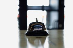 Wezwanie dla kelnera w kawiarni obrazy royalty free
