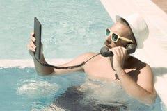 Wezwanie nad internetem od pływackiego basenu Obrazy Stock